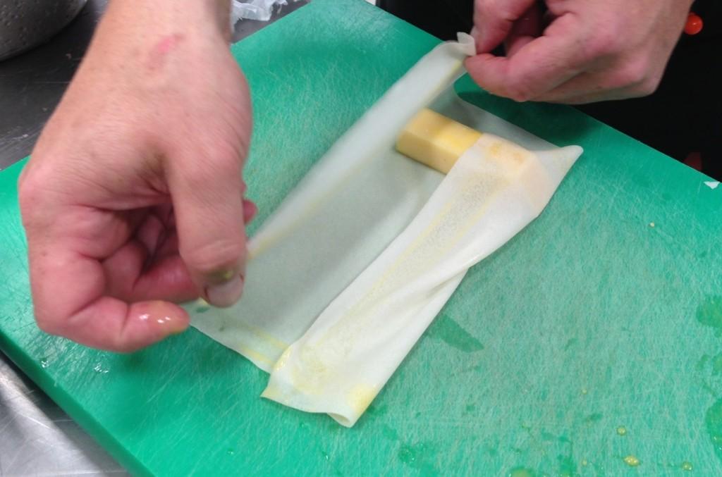 Gastroblog_FMM_forårsruller_foråresrulle med ost forberedes
